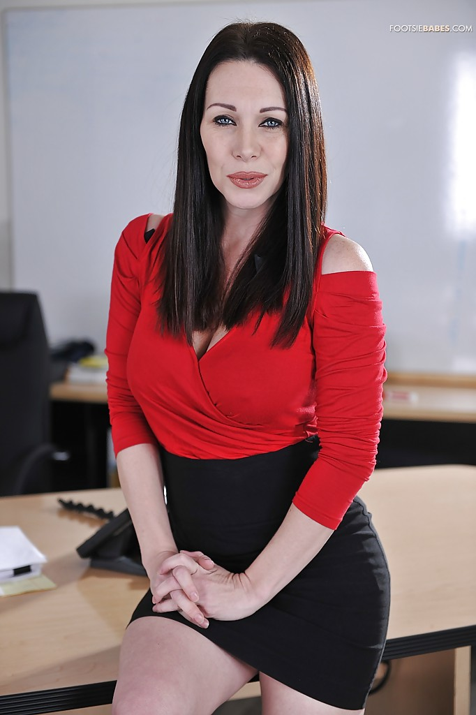 Unstoppable milf babe Rayveness likes showing legs and