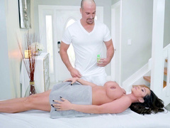 Bald masseur relaxes Latina client Ariella Ferrera with awesome massage
