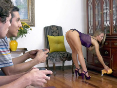 Boy distracted from game by perfect ass of friend's mom Nicole Aniston