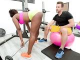 Ebony hottie Skyler Nicole does sports in the gym