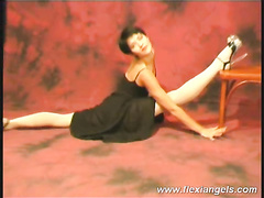 Flesible ballerina Aida bends and shows off pussy